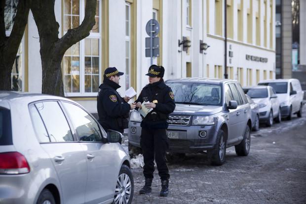 Zdaniem naszego czytelnika straż miejska powinna częściej pojawiać się przy Teatrze Muzycznym w Gdyni i kontrolować samozwańczych parkingowych, wyłudzających opłaty za parkowanie na darmowym, miejskim parkingu.