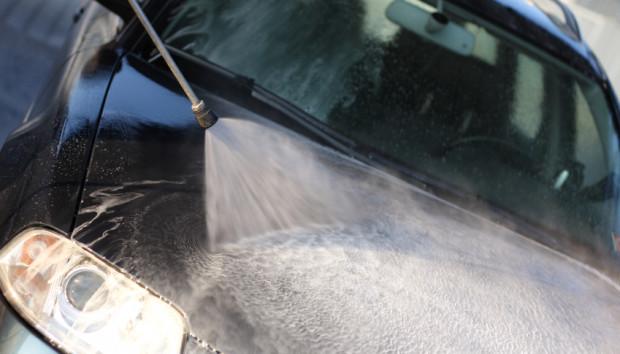Mycie karoserii bez uprzedniego zmiękczenia brudu niszczy lakier.