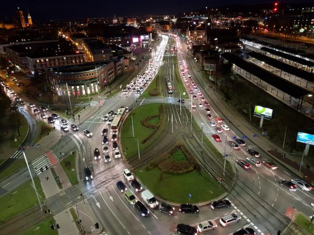 Biało-czerwone światła aut stojących w korkach to nie przedłużone świętowanie Dnia Niepodległości w Gdańsku, lecz efekt remontu na węźle Unii Europejskiej.