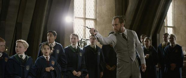 """W """"Zbrodniach Grindelwalda"""" pojawia się Albus Dumbledore (Jude Law), ponownie również zaglądamy do Hogwartu. Odniesień do serii o Harrym Potterze jest tu zresztą znacznie więcej."""