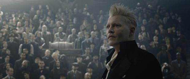 """Dobrą partię, podobnie jak Law i Redmayne, rozgrywa Johnny Depp jako Grindelwald, czarnoksiężnik z jasko sprecyzowanym planem na wprowadzenie na świecie nowego porządku. Wydaje się jednak, że pełne możliwości tej postaci, jak i samego aktora, poznamy dopiero w trzeciej części. """"Dwójce"""" wyraźnie bowiem doskwiera kompleks przejściowego epizodu pomiędzy """"jedynką"""" a """"trójką""""."""