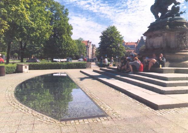 Tafle z wodą zlokalizowane będą po obu stronach pomnika.