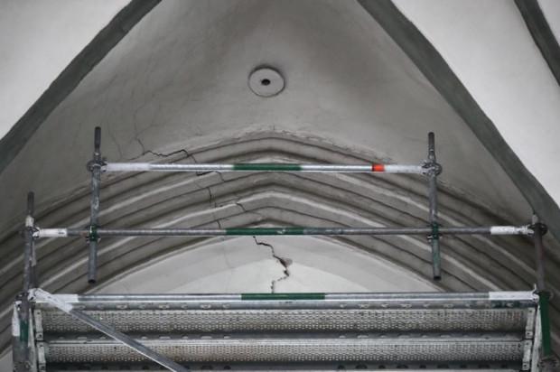 Spękania na sklepieniach, szczeliny na kolumnach i wybrzuszona posadzka sprawiły, że podjęto decyzję o zamknięciu kościoła św. Mikołaja w Gdańsku.