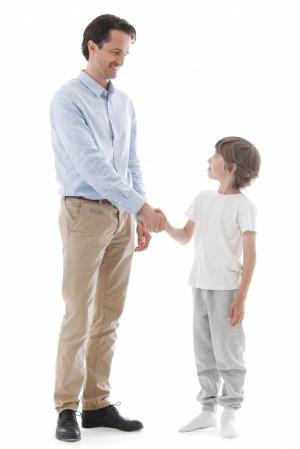Podawanie ręki na powitanie, pożegnanie lub podczas przedstawiania się jest także mile widziane.