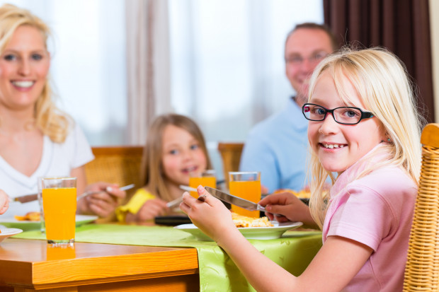 Warto kształtować u dziecka dobre nawyki i podczas wspólnych (najlepiej codziennych) posiłków uczyć zasad zachowania się przy stole i dobrych manier.