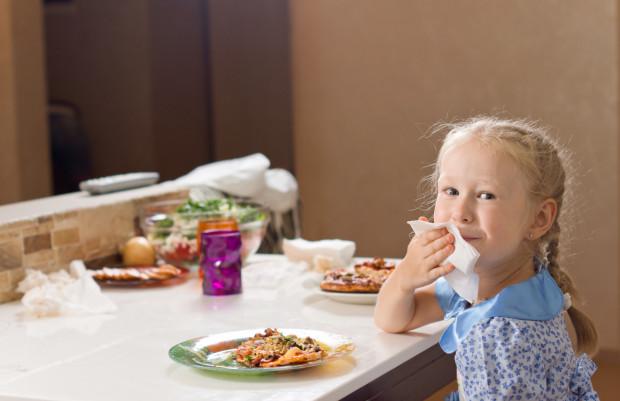 Naukę jedzenia sztućcami, używanie serwetek, a także cały savoir-vivre wokół stołu warto z dzieckiem potrenować w wieku wczesnoszkolnym.