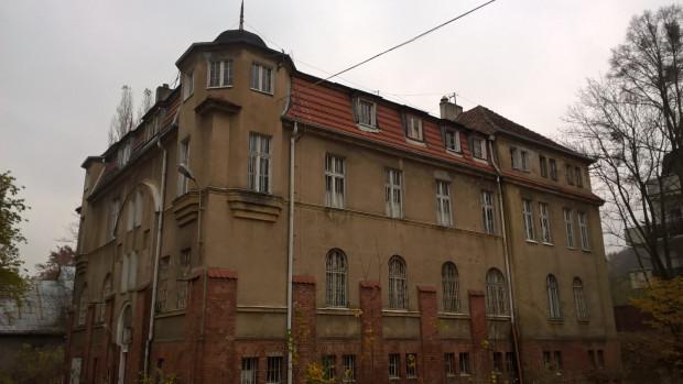 Zdjęcie współczesne jednego z budynków dawnego zakładu opiekuńczo-wychowawczego, 2017 r.