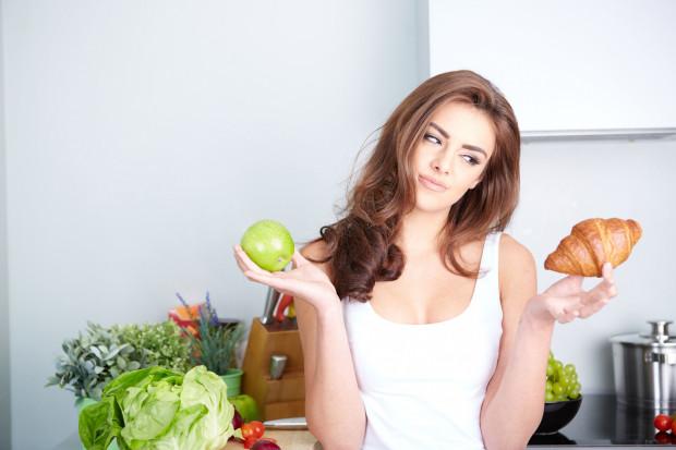 """Gdy jemy, kiedy """"mamy na coś ochotę"""" warto zatrzymać się i odczytać swoje emocje. Często objadaniu się towarzyszą emocje smutku, lęku czy złości."""
