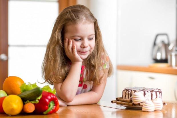 Metodą może być zamiana przetworzonych przekąsek na owoce, a już najlepszym pomysłem będzie spożywanie produktów, które dają większe uczucie sytości - np. soczewicy, bananów lub płatków owsianych.