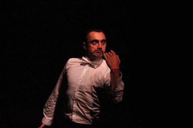 """Jubileuszowy 20. Festiwal Windowisko zainauguruje 23 listopada spektakl """"Raport Paniki"""" w wykonaniu Artiego Grabowskiego."""