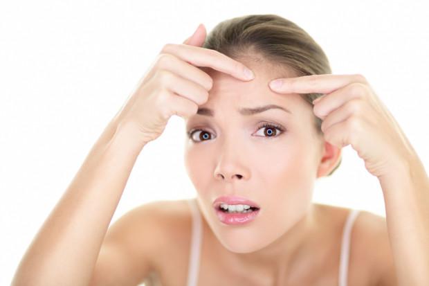 Warto wiedzieć, że nałogowe wyciskanie pryszczy i zaskórników może doprowadzić do tzw. trądziku neuropatycznego.