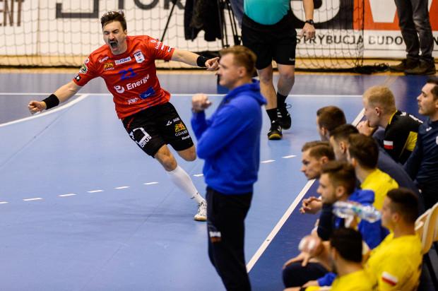 Energa Wybrzeże Gdańsk pokonało Arkę Gdynia 33:27. Na zdjęciu radość Piotra Papaja i zafrasowana mina trenera Dawida Nilssona i zawodników gości.