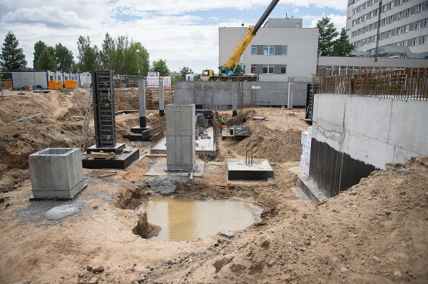 W lipcu inwestycję rozpoczęto uroczystym wmurowaniem kamienia węgielnego.