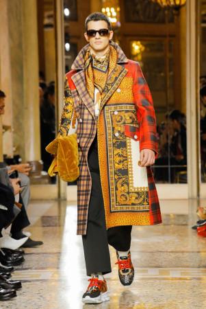 W kolekcjach projektantów pojawiły się płaszcze w intensywnych barwach i łączonych wzorach