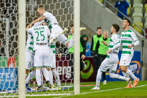 Michał Nalepa przyjmuje gratulacje od kolegów po zdobyciu zwycięskiego gola dla Lechii Gdańsk w meczu z Jagiellonią Białystok.