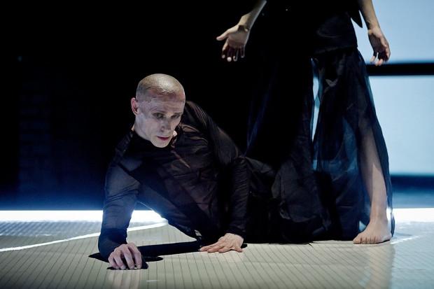 """- Nasz system pracy jest podobny do pracy w teatrze dramatycznym. Gdy mamy wybraną inspirację, pewną ideę spektaklu, decydujemy się napisać scenariusz, bo wiemy, że rozpisany scenopis ułatwi nam pracę - mówi Jacek Krawczyk (na zdjęciu podczas spektaklu """"Wariat i Zakonnica""""."""