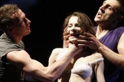 Kobiety w spektaklu Izadory Weiss są obnażane, poniżane, bite, wykorzystywane i porzucane (na zdjęciu Zuzanna Marszał w rękach Marka Szczygła i Radosława Palutkiewicza).