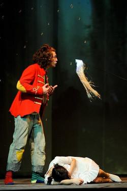 Piotruś Pan (Paweł Srebrowski) musi wyjaśniać Dzwoneczkowi obecność Wendy (Magdalena Żulińska) w Nibylandii. A nie jest to proste.