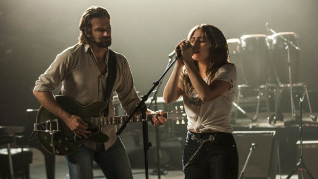On (Bradley Cooper) jest wypalonym już gwiazdorem country, który zmaga się z alkoholowym nałogiem i problemami zdrowotnymi. Ona (Lady Gaga) dopiero odkrywa własny potencjał i stawia pierwsze kroki na estradzie. Razem są w stanie porwać publiczność, ale z czasem coraz trudniej będzie im grać w jednym tempie.