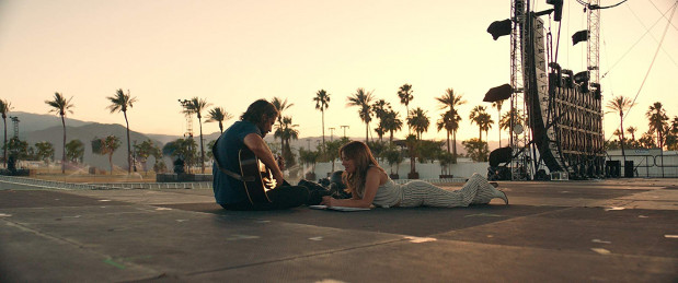 """""""Narodziny gwiazdy"""" wyróżniają się świetnymi zdjęciami, dopracowanym dźwiękiem, przebojową muzyką i kompozycjami oraz znakomitym aktorskim duetem. Zawodzi natomiast, szczególnie w drugiej części filmu, niechlujny scenariusz - pełen uogólnień, skrótowości i żerujący na wrażliwości widza."""
