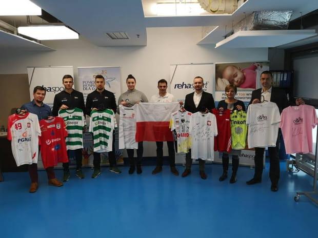 W czwartek trójmiejscy sportowcy odwiedzili klinikę Rehasport z przedmiotami, które trafią na aukcje charytatywne.