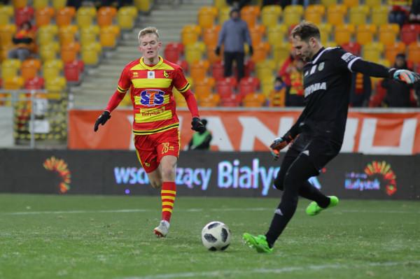 Karol Świderski (z lewej) w tym sezonie strzelił Pavelsowi Steinborsowi 4 gole.