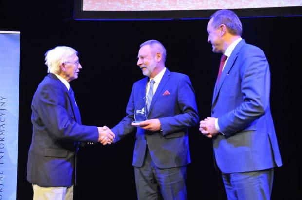Ryszard Wojnowski (w środku) przyjmuje gratulacje od Czesława Perlickiego (z lewej), brata patrona głównej nagrody oraz Mieczysława Struka, marszałka województwa pomorskiego, który patronował gali.