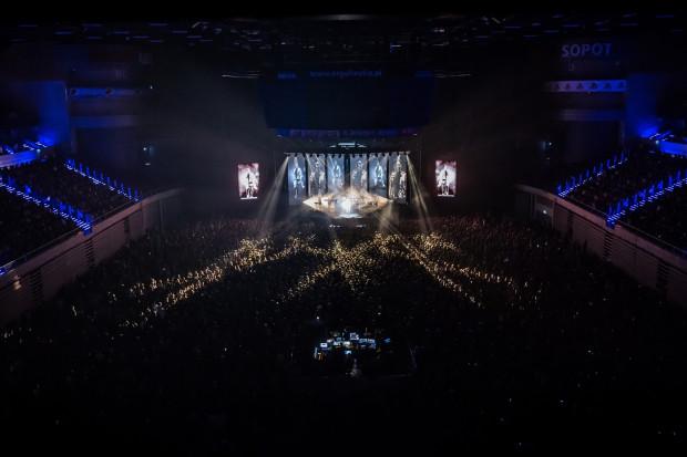 Koncert Podsiadło został wyprzedany na wiele dni przed wydarzeniem. W Ergo Arenie pojawiło się około 10 tys. fanów artysty.