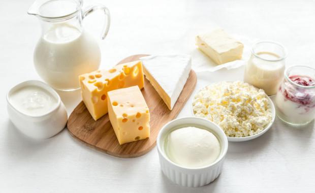 Aby dostarczyć 1000 mg wapnia wystarczy jeść 2-3 porcje nabiału lub fortyfikowanych produktów zastępczych każdego dnia.