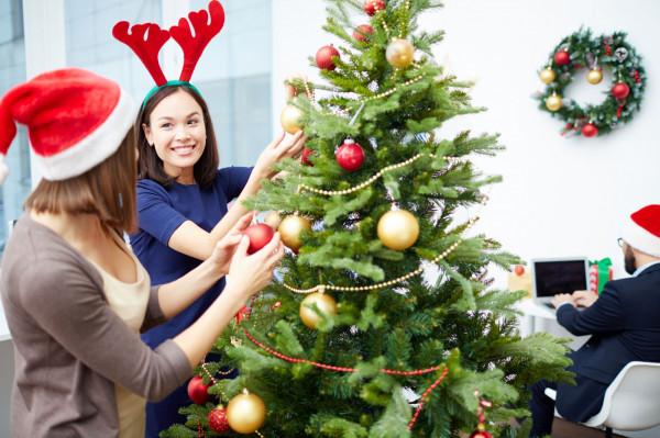 Przygotowanie świątecznych dekoracji biura wiąże się z wieloma wyzwaniami.