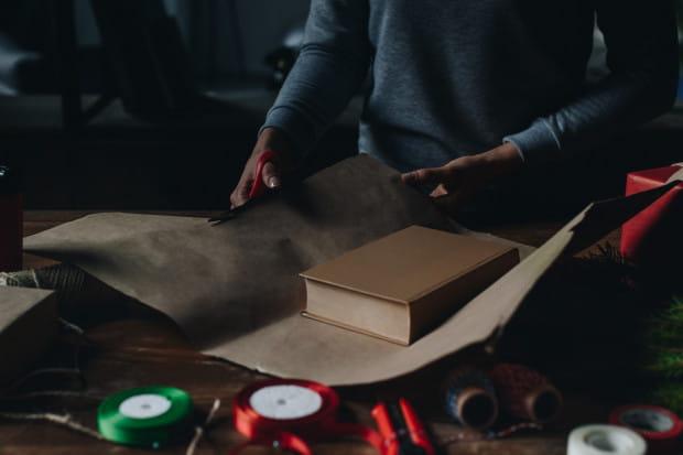 Książka to prezent, który łatwo zapakować, a potem bez problemu wsunąć pod poduszkę lub włożyć do mikołajkowej skarpety. Estetycznie też będzie się prezentować pod choinką.