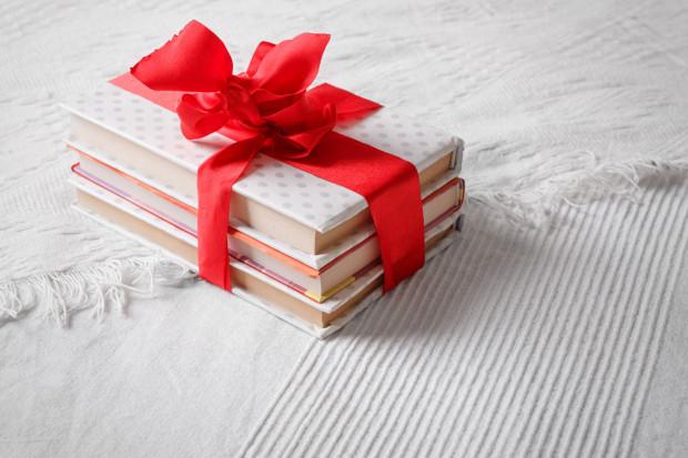 Książka jest idealnym prezentem dla każdego, w każdym wieku, jak również i od każdego - bez względu na relacje, jakie nas łączą. To doskonały podarunek z wielu powodów.