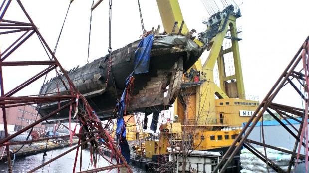 Około godz. 10:30 przy pomocy dźwigu statek wydobyto całkowicie.