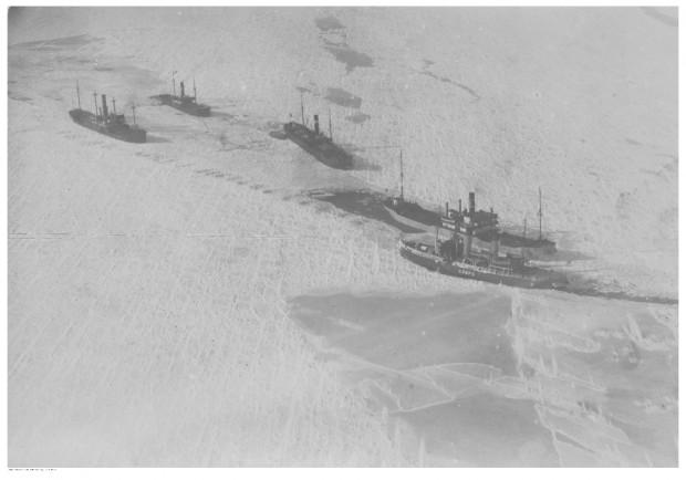 """Zamarznięte statki uwięzione na Bałtyku - widok z lotu ptaka. Drugi od prawej widoczny """"Tczew"""". Data wykonania zdjęcia nieznana. Jednostka zatonęła w porcie w Gdańsku w grudniu 1938, ale została wydobyta z dna i przywrócona do eksploatacji."""