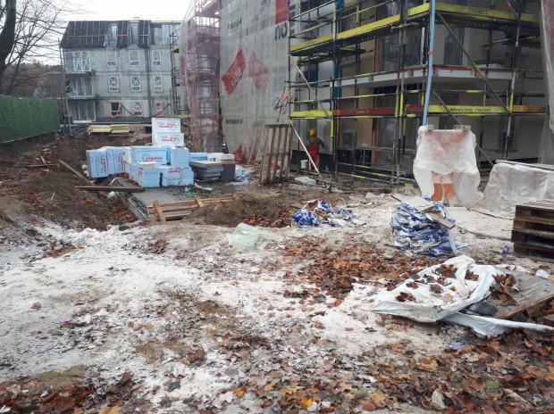 Plac budowy przy al. Niepodległości - według urzędników nielegalnie wycięto w tym miejscu 19 drzew.