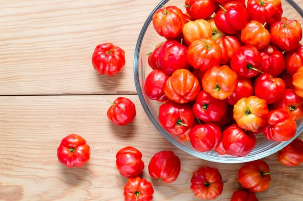 Acerola zawiera bardzo dużo witaminy C. Jeden owoc, który waży około 4,5 grama ma jej tyle samo co 1 kilogram cytryn.