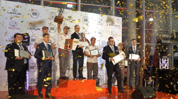 Pracownik Toyoty Walder na najwyższym stopniu podium w konkursie na najlepszego mechanika tej japońskiej marki.