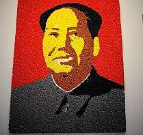 Zaraz po wejściu, w oczy rzuca się kolorowy, misternie wykonany portret Mao Tse-tunga