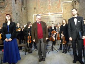Kai Bumann (w środku) będzie dyrygentem inauguracyjnego koncertu festiwalu
