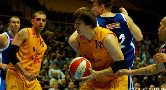 Dragan Ceranić (z piłką) zdobył 13 punktów i zaliczył 8 zbiórek.