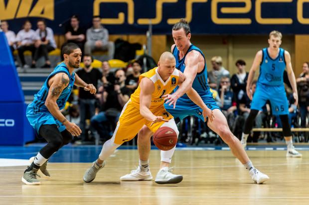 Krzysztof Szubarga przyznaje, że uraz kolana, którego nabawił się podczas sezonu, nieco hamuje go na boisku.