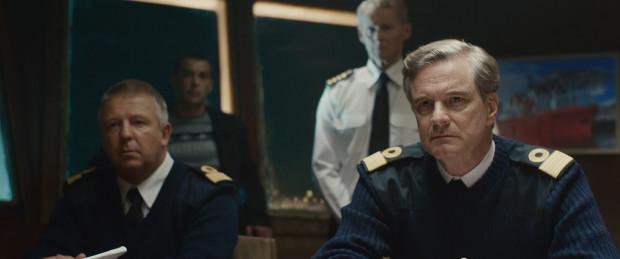 Vinterberg w swoim obrazie skupia się przede wszystkim na krytyce Kremla, który uporczywie nie chciał przyjąć międzynarodowej pomocy, chociaż rosyjska marynarka nie dysponowała odpowiednim sprzętem ratunkowym. Gotowi pomóc byli choćby Brytyjczycy na czele z komandorem Russellem (w tej roli Colin Firth).