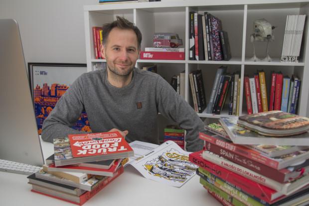Jacek Tymoszuk sam kiedyś prowadził food trucka. Jego książka to pierwsze wydawnictwo o mobilnej gastronomii w Polsce.