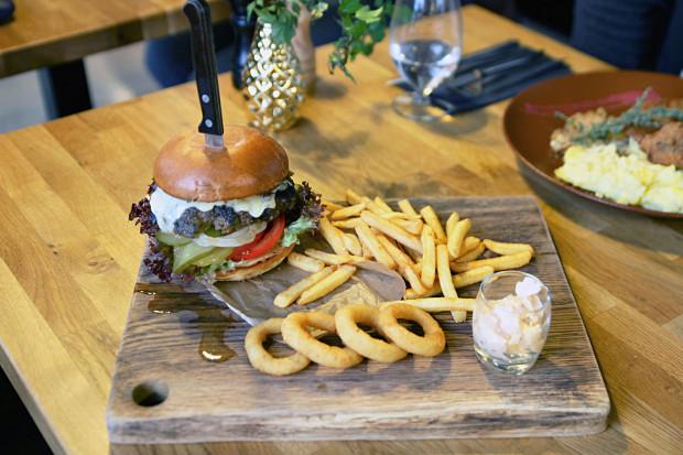 """Sekcja """"Szef kuchni poleca"""": burger wołowy z frytkami"""