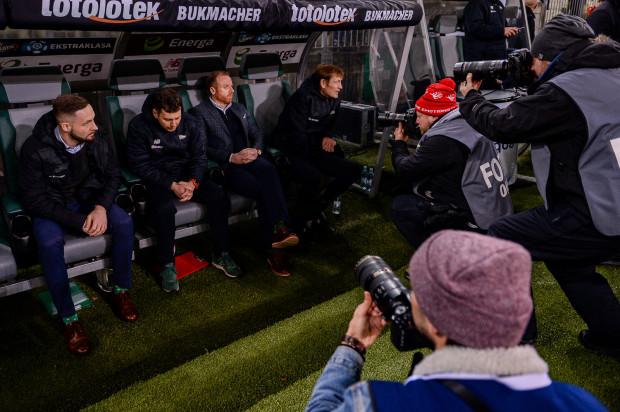 Piotr Stokowiec (drugi z prawej) wraz ze swoim sztabem wniósł Lechię Gdańsk na takie wyżyny ligowe, że najpierw musiał się tłumaczyć z meczu z mistrzami Polski, chociaż go nie przegrał, a teraz usprawiedliwia się po punkcie przywiezionym z wyjazdu.