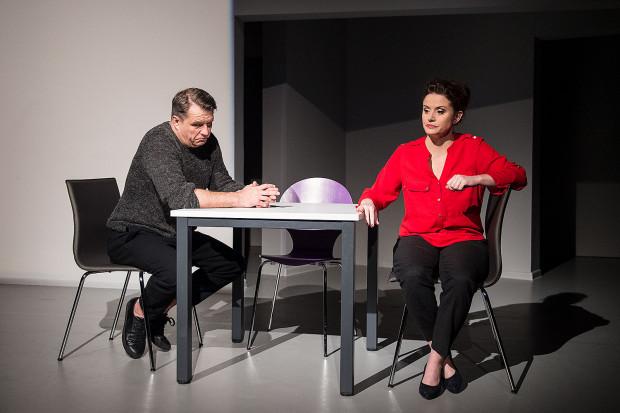 Problem Agaty (Katarzyna Kaźmierczak) i Daniela (Grzegorz Gzyl) z sytuacją syna w szkole obnaża braki w ich związku, z którego dawno wyparowały uczucia i namiętność.
