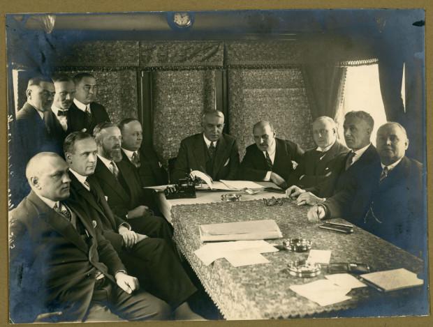"""Zawiązanie spółki """"Polsko-Brytyjskie Towarzystwo Okrętowe"""" (Polbryt) w salonce wagonu na dworcu w Gdyni. Julian Rummel siedzi czwarty z prawej, 21.12.1928 r."""