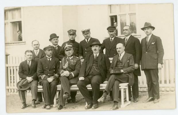 Członkowie Rady Miejskiej Gdyni. Pierwszy z prawej  siedzi Julian Rumel, obok burmistrz Augustyn Krauze, fot. Roman Morawski, 1927 r.