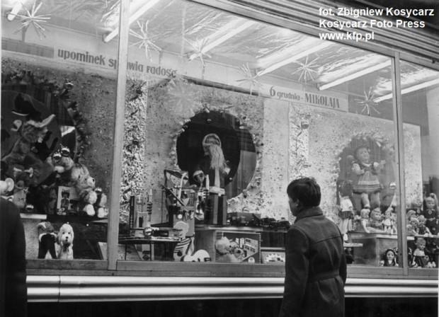 """Świąteczna wystawa SDH """"Sezam"""", zdjęcie wykonane w grudniu 1969 roku."""