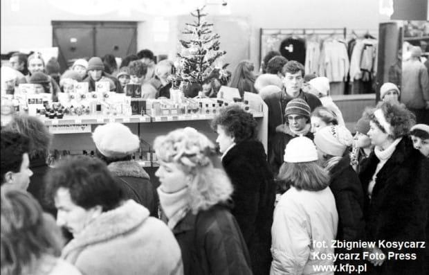 """Przedświąteczny tłok w """"Sezamie"""", zdjęcie wykonane w grudniu 1986 roku."""